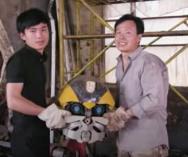 Padre e hijo crean esculturas de chatarra