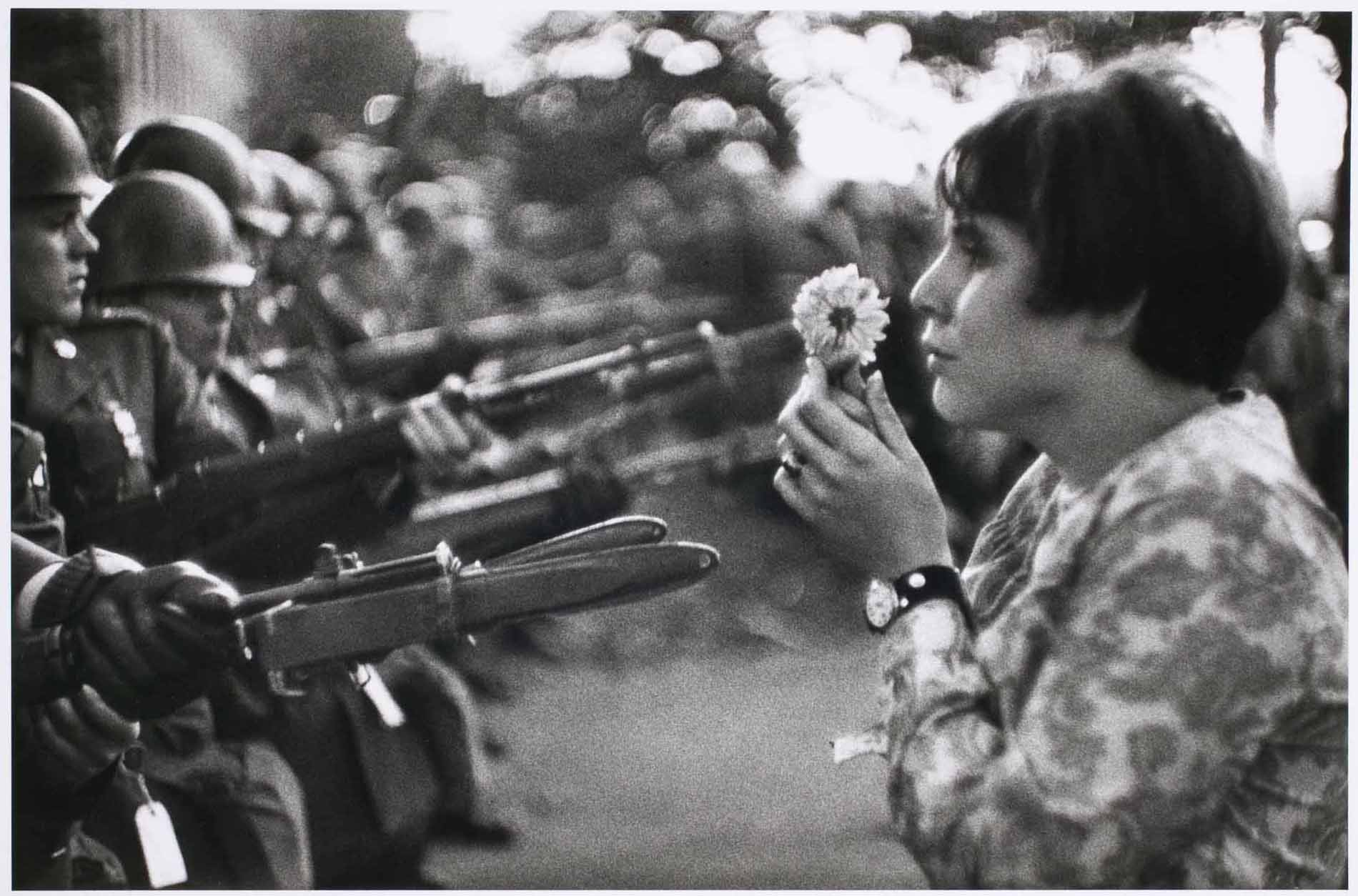 Hippie frente a soldados (1967)