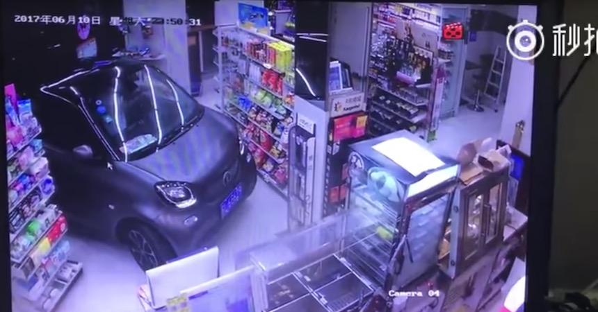 No hay tiempo: metió su coche a una tienda para comprar... ¿más rápido?