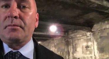Cual sinvergüenza: Congresista republicano de EU se graba en la cámara de gas en Auschwitz