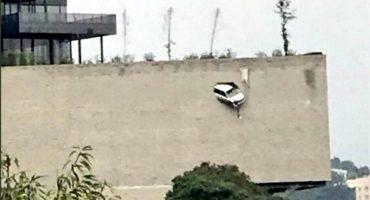 Camioneta rompe pared y se queda colgando de un barranco