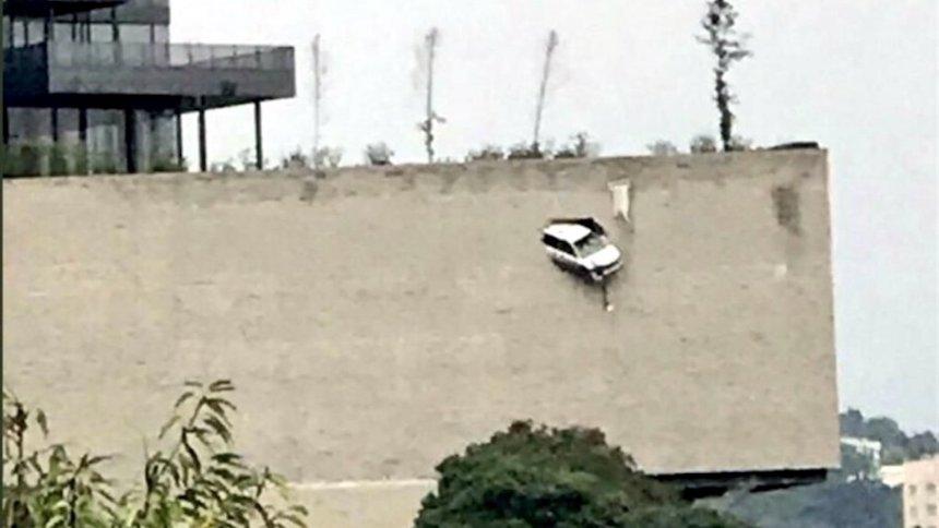 camioneta blanca colgando de estacionamiento