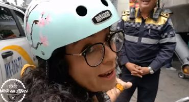 Ciclista exhibe que policías de tránsito desconocen el reglamento: