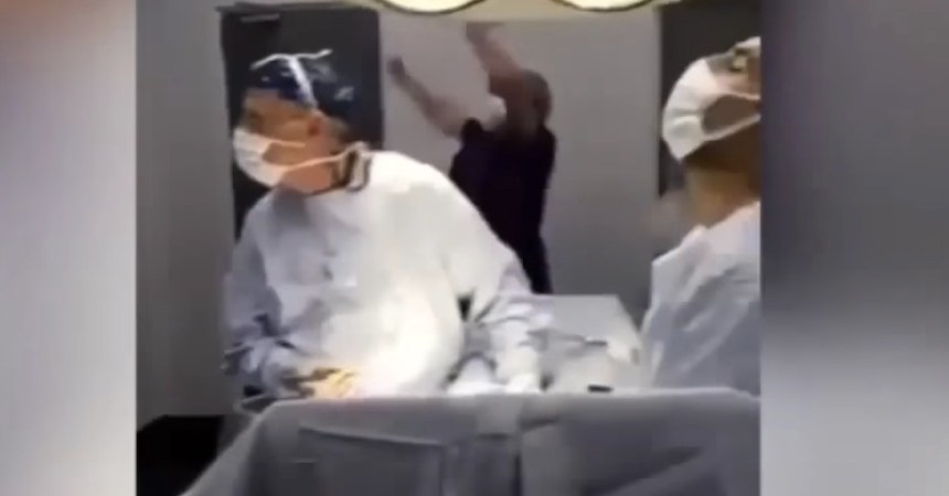 Médicos detienen cirugía para ver futbol