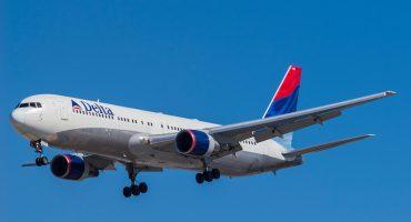 Arrestan a hombre por intentar abrir la puerta de un avión en pleno vuelo