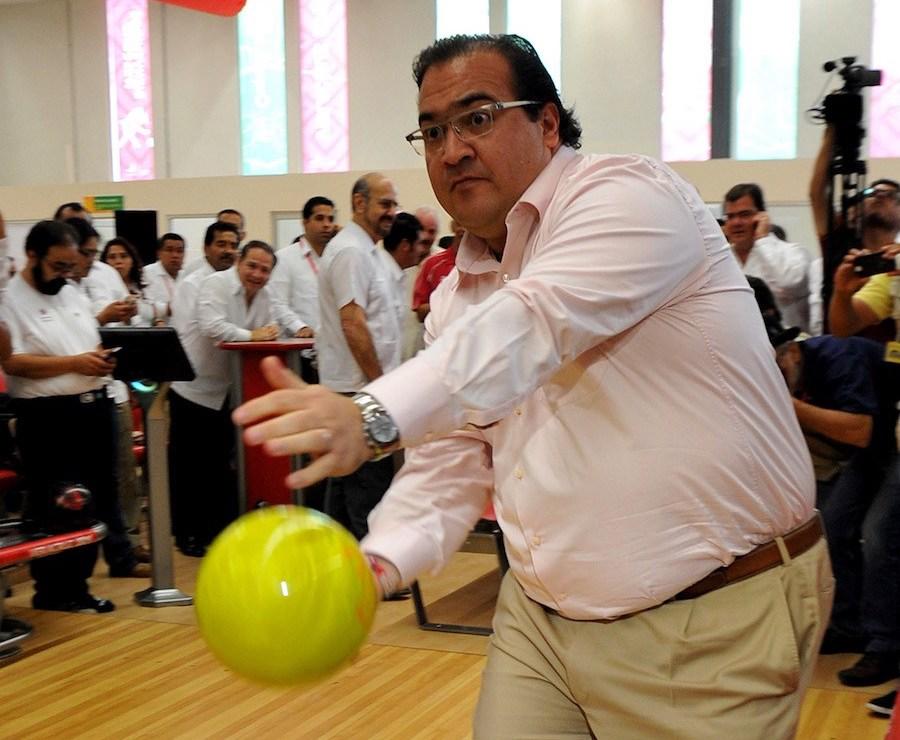 Javier Duarte jugando boliche