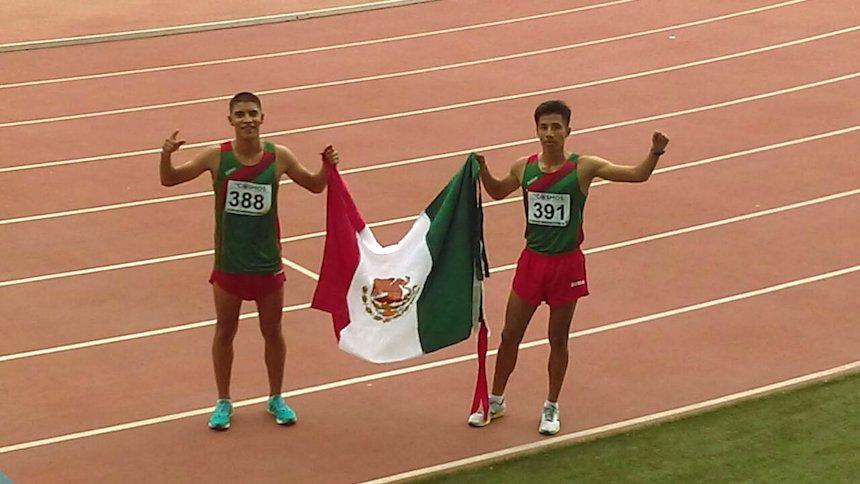 Atletas mexicanos con bandera de México