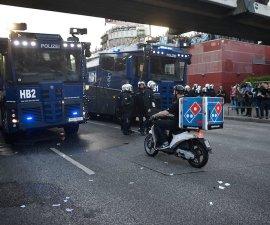 Repartidor de pizza que atraviesa a la policía