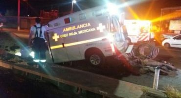 Y ahora, ambulancia cae en socavón;