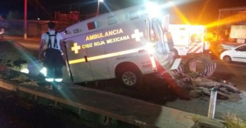 Ambulancia cae en socavón