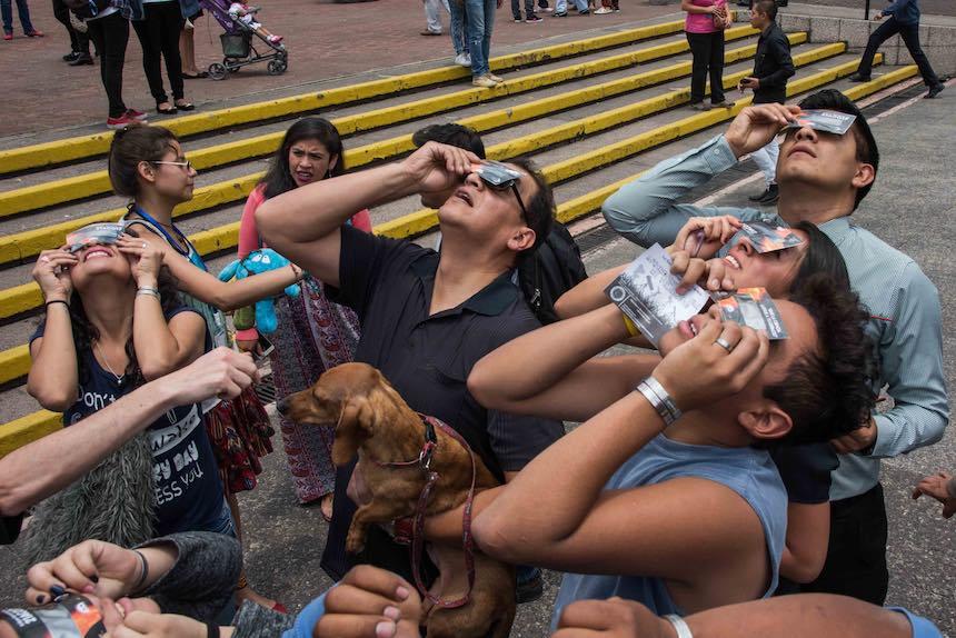 Delegación Benito Juárez - Personas viendo el eclipse