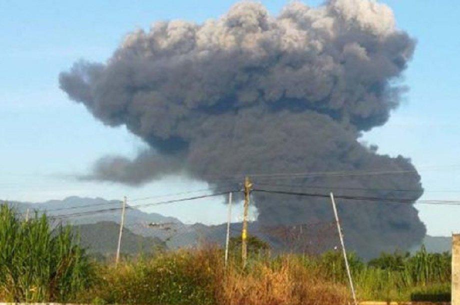 Fumarola producida por la explosión de un ducto de Pemex