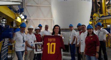 La última playera que usó Totti estará en el espacio, sí, en el espacio