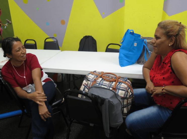 mujeres inmigrantes hablando acerca del huracán Harvey