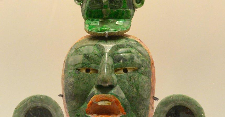 Pieza maya de jade representando una cara