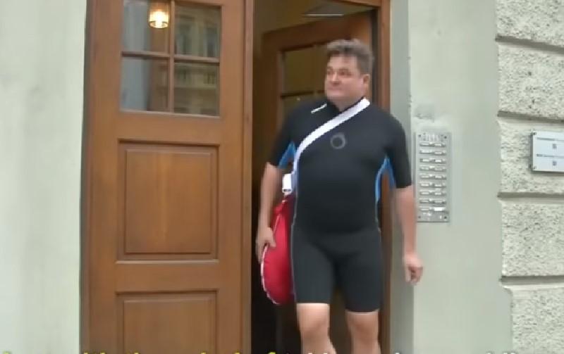 Alemán llega nadando al trabajo