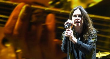 "Mira a Ozzy Osbourne interpretar ""Bark At The Moon"" en pleno eclipse"