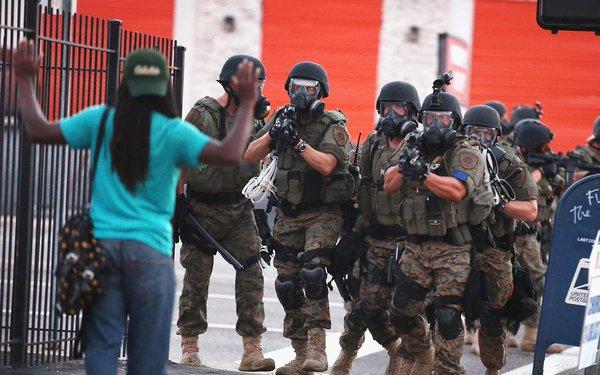 Policía estadounidense en protestas de Ferguson