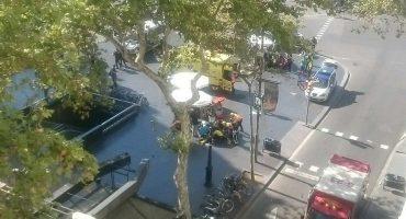 Una furgoneta atropella a varias personas en La Rambla de Barcelona; se reportan al menos 100 heridos y 13 muertos