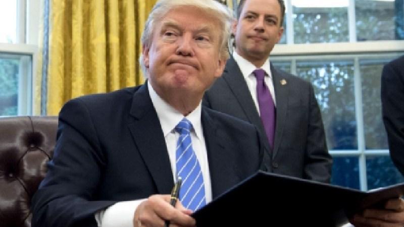 Trump firmando decreto