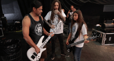 Tye Trujillo presume su experiencia tocando con Korn en un documental