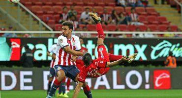 Chivas pierde ante Lobos con un golazo de chilena de Escoto