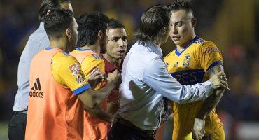 Le 'roban' a Chivas y Edu Vargas casi desata la bronca
