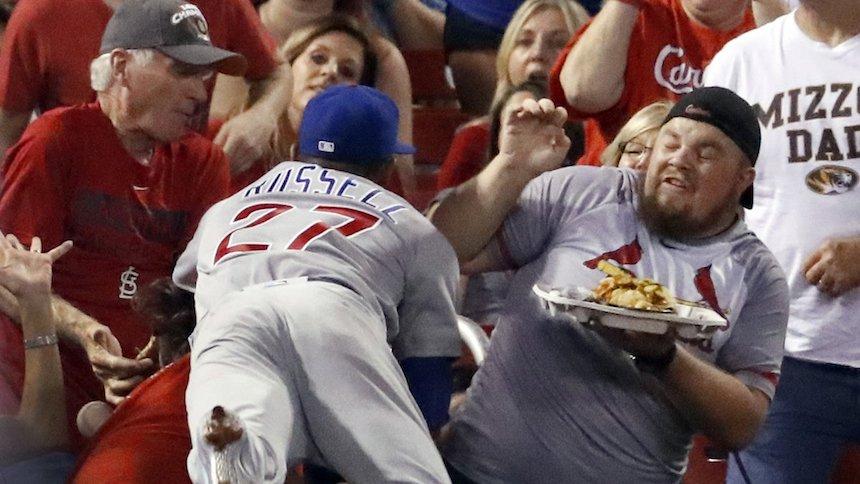 Nacho man: Addison Russell cae sobre los nachos de un fan y se los repone
