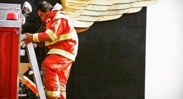 La foto del bombero con alas que se viralizó (y no es de México)