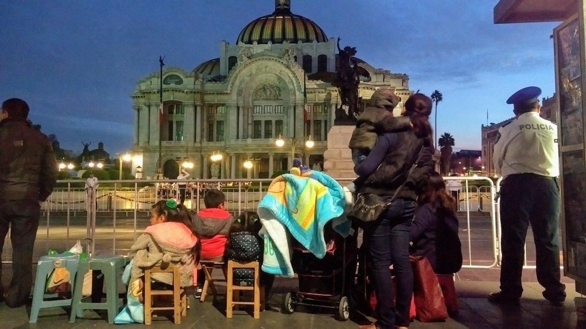 familia frente a Bellas Artes