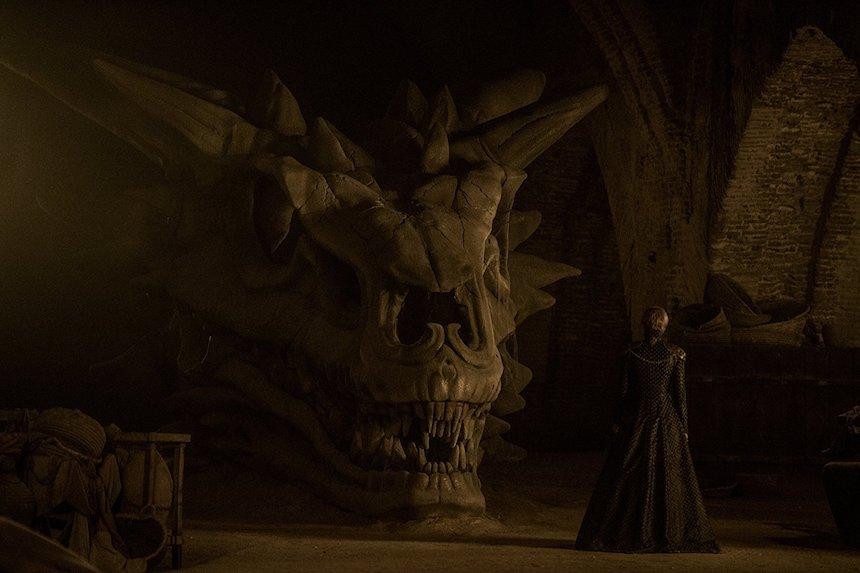 Game of Thrones - Cersei y el esqueleto de un dragón