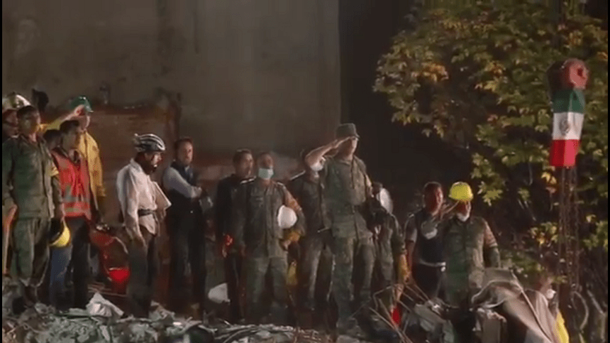 Ciudadanos y militares cantan el himno nacional después de salvar a última persona en Ámsterdam