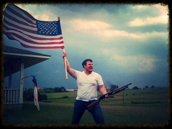 Gringo preparado para combatir a Irma con escopeta
