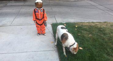 Este niño y su perro se han convertido en el meme del día