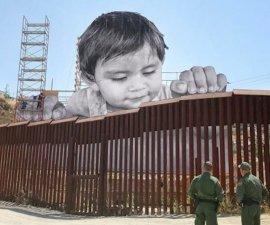 Proyecto artístico de JR - El bebé que asoma en la frontera entre México y Estados Unidos