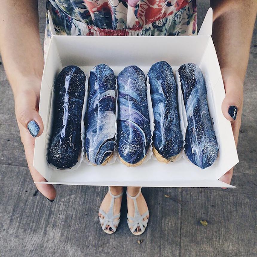 Artistas crean pan que parece galaxia
