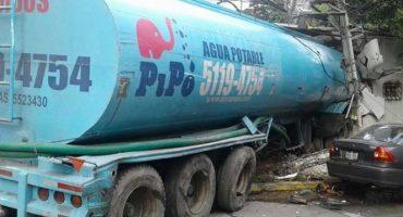 Pipa de agua provoca carambola en Constituyentes, deja 4 muertos