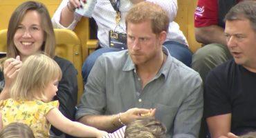 Una niña le roba palomitas al príncipe Harry y su reacción no tiene precio