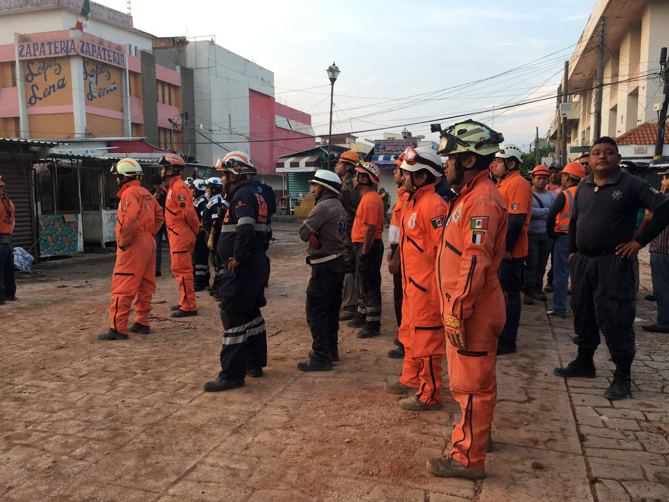 brigadistas de rescate después del sismo