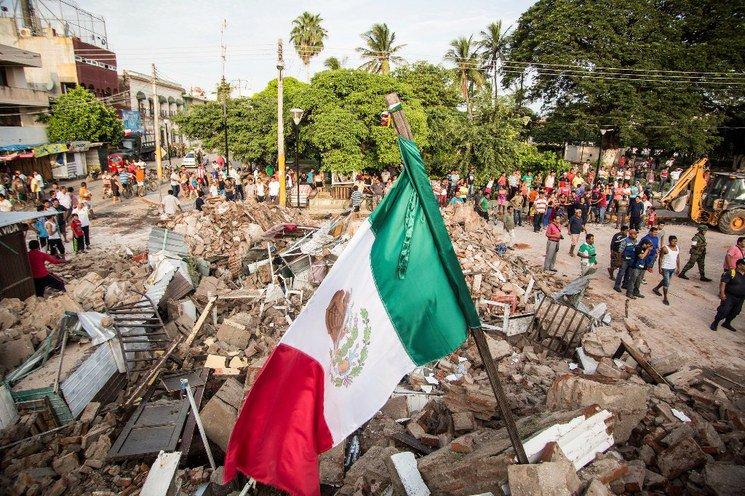 Bandera mexicana en los escombros de Juchitán por el sismo