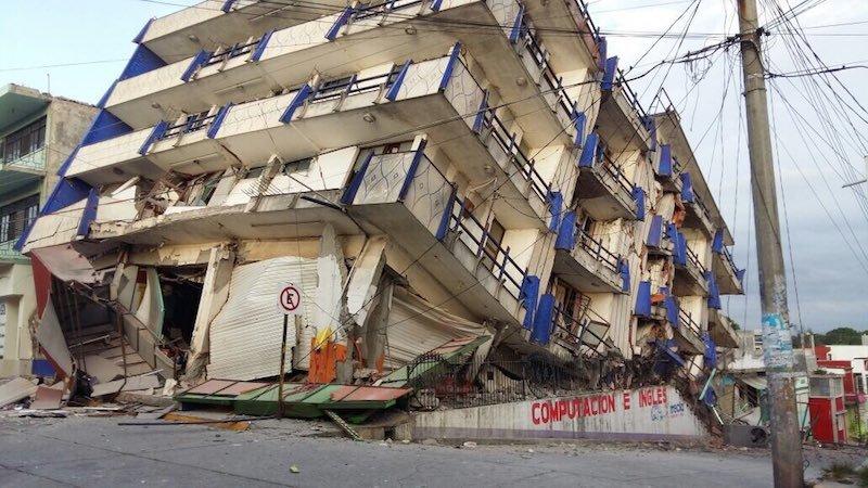 edificio derrumbado luego del temblor