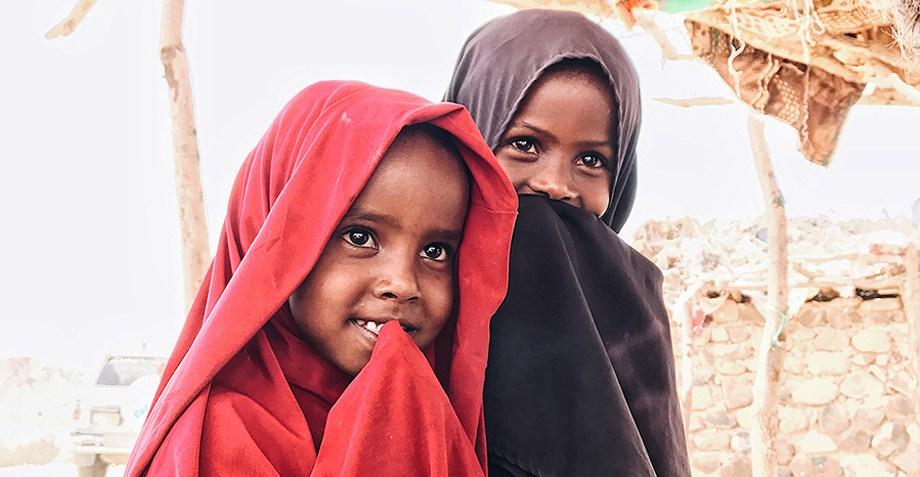 Niños con la cabeza cubierta
