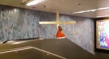 Por pecador: sujeto disfrazado de Jesucristo rompe un techo con su cruz