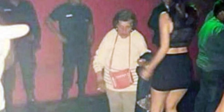 ¡Abuelita soy tu nieta! Señora saca del antro a su nieta, para que cuide a su bebé