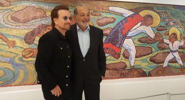 Bono recorre el Museo Soumaya junto a Carlos Slim