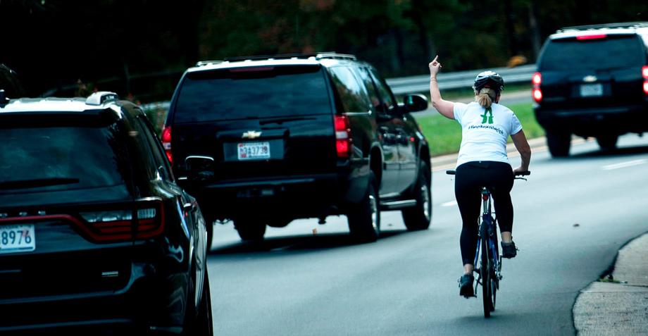 Dulce victoria: Ciclista que perdió empleo por ofender a Trump gana elección en Virginia