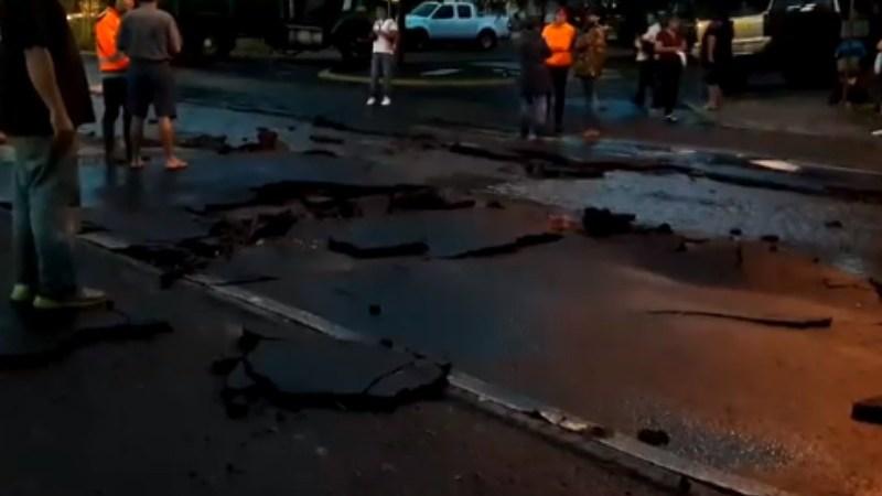 Lluvia afecta avenida ayuntamiento en Colima
