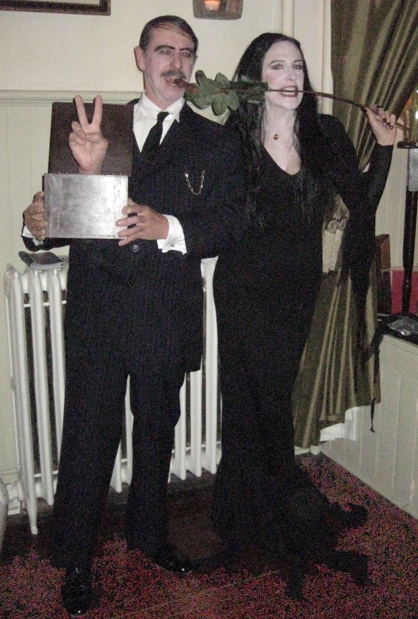 Disfraces para parejas de Halloween - Homero y Morticia
