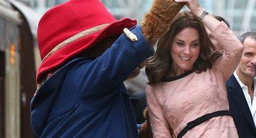 No dejarás de reírte con este video de Kate Middleton bailando con el osito Paddington 🐻