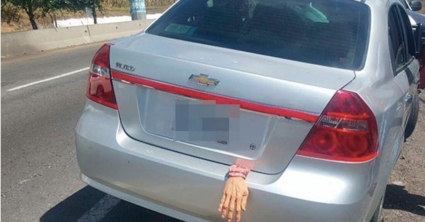 Mano de goma provoca persecución automovilística